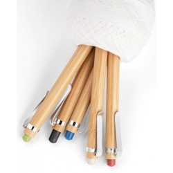 Esferográfica. Bambu. Clipe de metal. 1,5 km de escrita