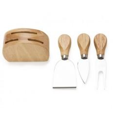 Kit queijo com três peças e base de madeira.